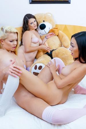 Junge Freundinnen Kiley Jay, Riley Star und Heather werden auf einer Pyjamaparty schmutzig