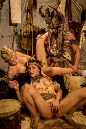 Kinky Riley Steele und Vicki Chase haben Sex zu dritt mit Stammeshäuptling