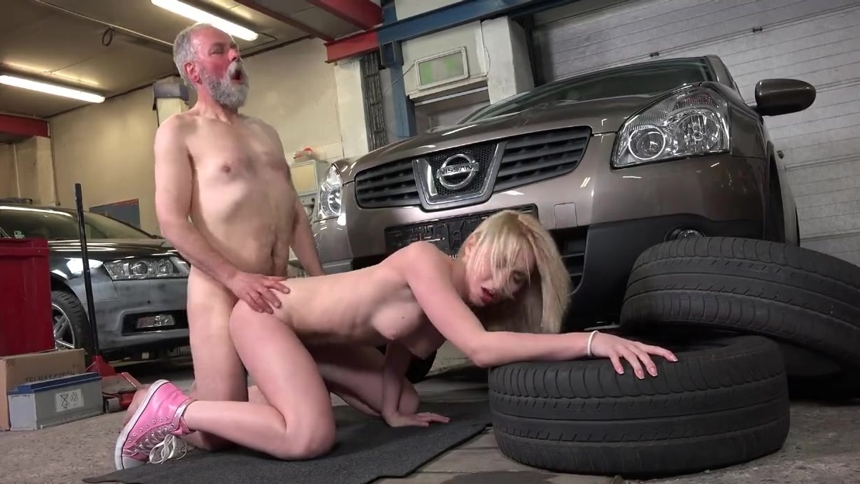 Teen fucks in strangers garage