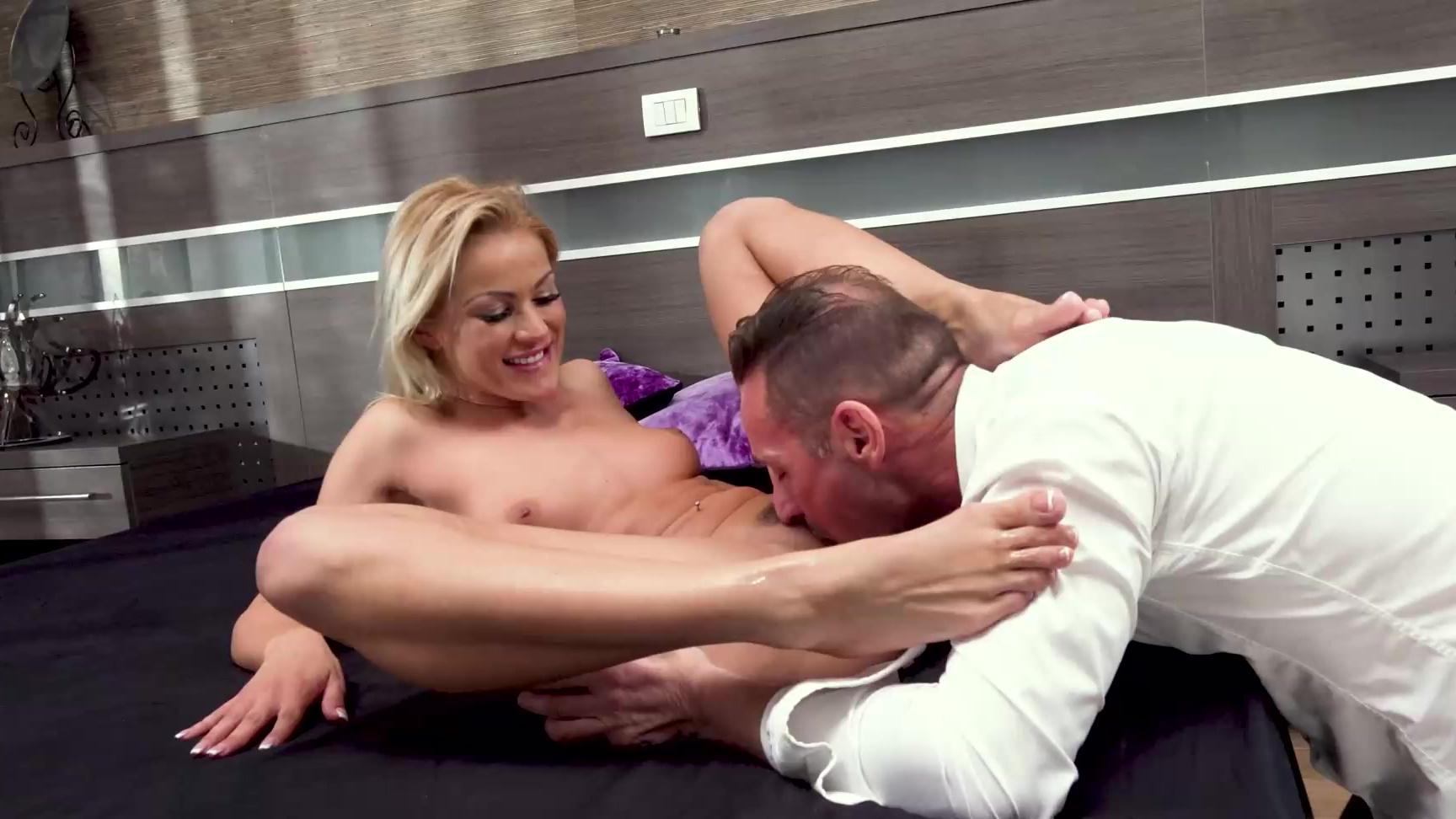 Die verführerische Blondine Cherry Kiss macht Liebe mit purer Leidenschaft