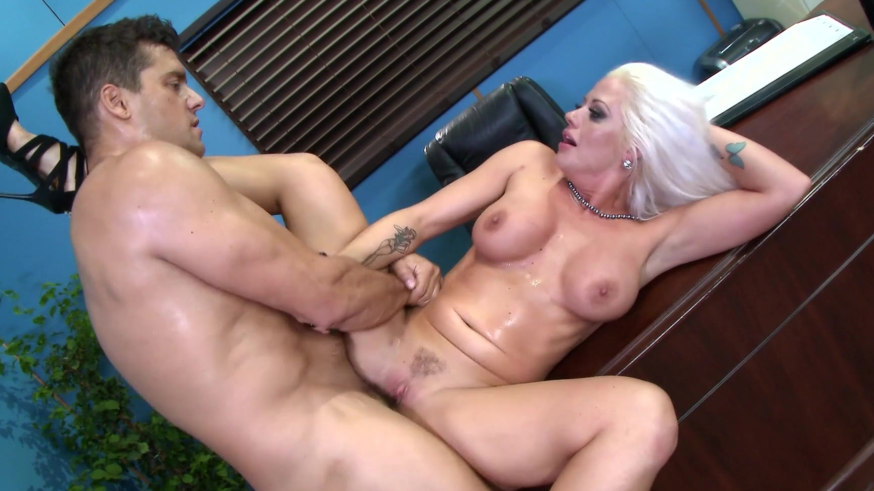 Sexy Chloe Foster and Jane Wilde minge munch in the living ro...